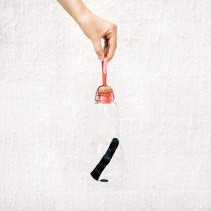 Bouteille eau verre avec charbon